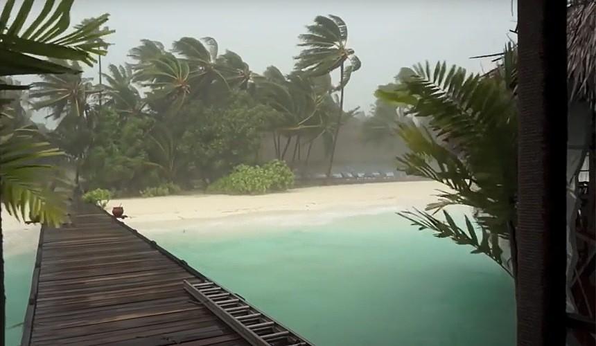 Российские туристы застряли на Мальдивах из-за шторма