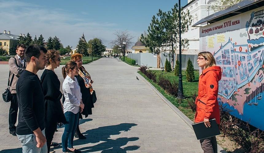 Туристы-москвичи стали очевидцами разборки за право провести для них экскурсию в Астрахани