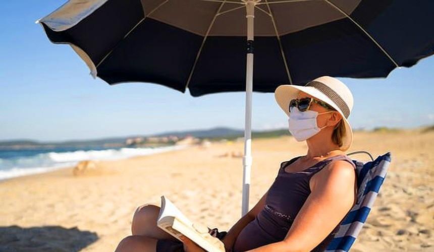 «Маразм крепчал»: ради туристов испанцы готовы даже загорать в масках