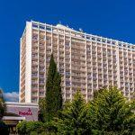 Один из крупнейших курортных комплексов в Сочи не может разместить всех туристов и отменяет бронирования