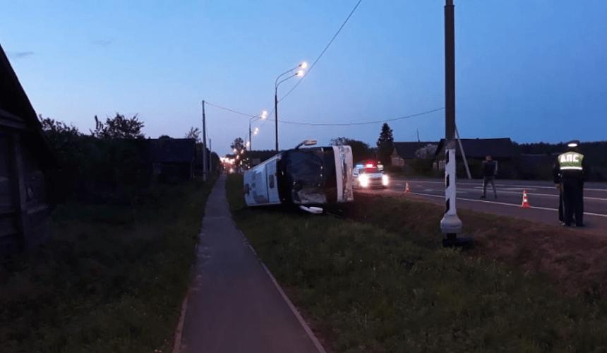 Автобус с туристами из Подмосковья перевернулся в Новгородской области