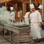 Власти Египта снимают ограничения на работу ресторанов и ТЦ