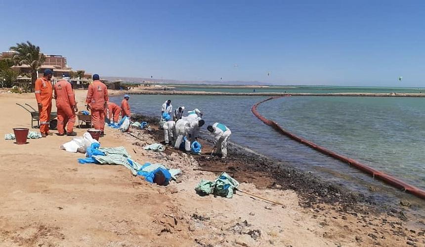 Пляжи Хургады накрыло нефтяное пятно