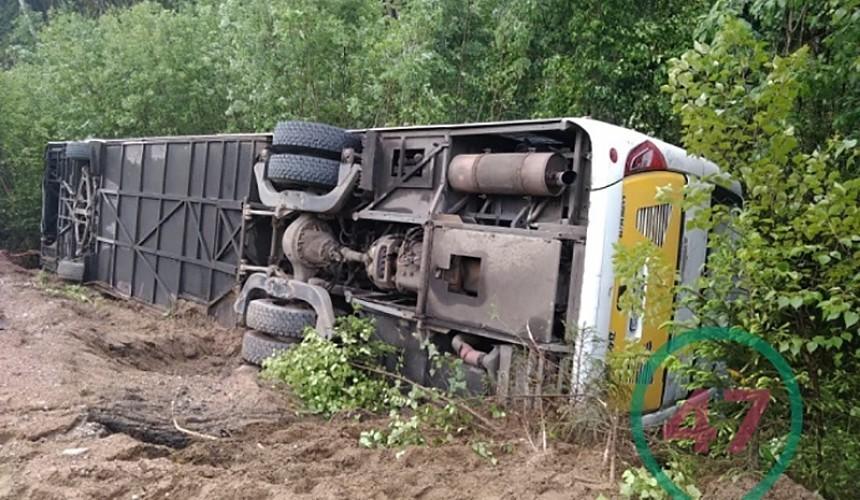 Экскурсионный автобус перевернулся в Ленинградской области