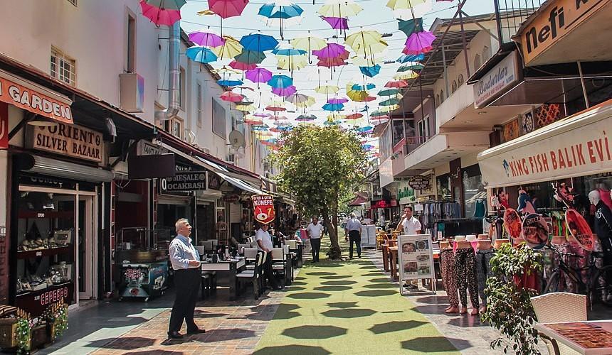 «Берут одну футболку»: торговцы в Турции недовольны, что россияне не тратят деньги