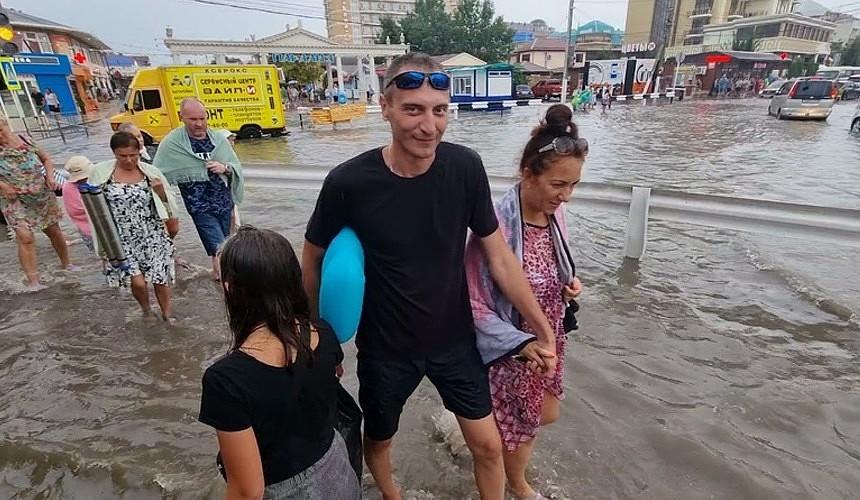 «Анапу затопило, пляж унесло» – очевидцы сняли последствия сильных дождей